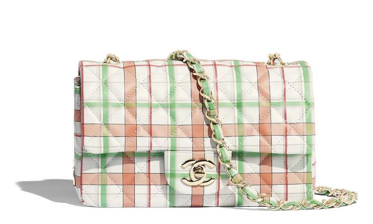Chanel也能很可爱! 经典包款换上粉嫩格纹新装,背上逆龄成大学生-0